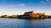 Vista do lago do Disney's Polynesian Resort sob um céu claro e azul