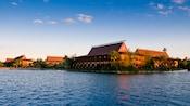Vue du lac sur le Disney's Polynesian Resort sous un ciel bleu