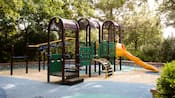 Un juego para trepar para niños en un área de recreación en Disney's Pop Century Resort