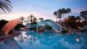 La glissade en forme de serpent de mer dans le secteur Doublon Lagoon Pool au crépuscule