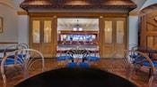 Terrasse devant l'entrée du Scat Cat's Club, un salon au Disney's Port Orleans Resort – French Quarter