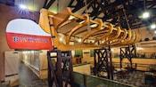 Letrero del restaurante y un casco de barco dentro del Boatwright's Dining Hall