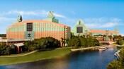 Vista del Walt Disney World Swan Resort y los lagos que lo rodean