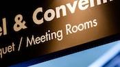 Close-up de um letreiro elevado do centro de convenções e salas de reuniões do resort