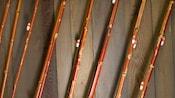 Close-up de varas de pesca em uma parede de madeira