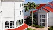 Un sendero pasa entre edificios y junto al Seven Seas Lagoon en Disney's Grand Floridian Resort
