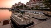 Deuxbateaux de ponton Sun Trackerᴹᴰ amarrés à côté du Disney'sGrandFloridianResort&Spa