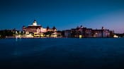 Disney's Grand Floridian Resort & Spa visto desde Seven Seas Lagoon por la noche
