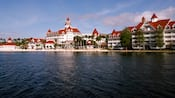 Uma vista do Disney's Grand Floridian Resort & Spa da Seven Seas Lagoon ao meio-dia