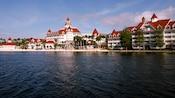 Vue à la mi-journée sur Disney'sGrandFloridianResort&Spa du SevenSeasLagoon