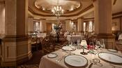 O luxuoso salão de jantar no restaurante Victoria and Albert's, com mesas postas com finas porcelanas