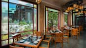 Une vue par la fenêtre sur Silver Creek Falls à partir du restaurant Artist Point au Disney's Wilderness Lodge