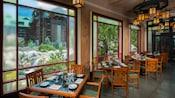 Vista da janela de Silver Creek Falls do restaurante Artist Point no Disney's Wilderness Lodge
