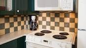 Une cuisinière, un four à micro-ondes et une cafetière dans la cuisinette d'une villa du Disney's Wilderness Lodge