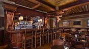 Un bar y sector para sentarse decorado con osos tallados en madera