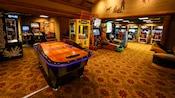 Grande salle avec hockey sur coussin d'air, basketball, course et plusieurs autres jeux d'arcade
