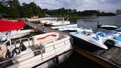 Uma variedade de embarcações aportadas nas margens do lago