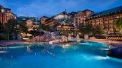 Vista nocturna de la piscina Silver Creek Springs que tiene un tobogán de agua y un jacuzzi