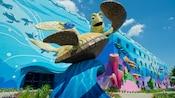 Uma grande escultura de Crush e Dory no Finding Nemo Courtyard do Disney's Art of Animation Resort