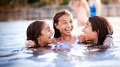 Três meninas pré-adolescentes se divertem na piscina de seu hotel Walt Disney World Resort