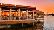 Faça uma reserva na área de cadeiras para assistir ao Candlelight Processional.