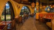 Salle à manger ensoleillée de Sanaa, un restaurant d'inspiration africaine