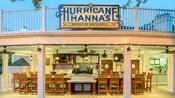 Lanternas penduradas no teto como bancos alinhados no balcão no Hurricane Hanna's Waterside Bar & Grill