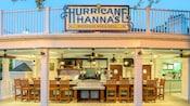Faroles colgando del techo y taburetes alineados en el mostrador de Hurricane Hanna's Waterside Bar & Grill