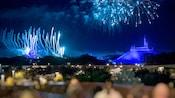 Fogos de artifício explodem sobre o Cinderella Castle e a Space Mountain