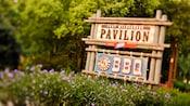 Letrero exterior del Pabellón Fort Wilderness y Mickey's Backyard BBQ