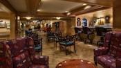 Área de lounge com poltronas próximas ao saguão do Disney's Yacht Club Resort