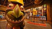 Estatua tiki y exposiciones en Bou-Tiki Merchandise Shop en Disney's Polynesian Resort