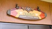 Un panneau surmontant un ensemble de portes indique: Zahanati Massage & Fitness Center