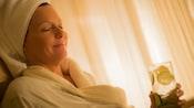 Marido y mujer reciben masajes de espalda, uno al lado del otro, en camillas en Senses - A Disney Spa en Disney Grand Floridian Resort