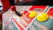 Close-up dos controles coloridos em um jogo de fliperama
