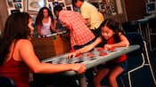 Mamá e hija juegan damas en un tablero de gran tamaño