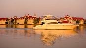 Una lancha cruza el lago más allá de Disney's Grand Floridian Resort & Spa