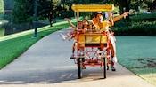 Familia que disfruta de un paseo en bicicleta Surrey