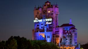 The Hollywood Tower Hotel iluminado por la noche