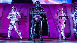 Captain Phasma sostiene su rifle con un Stormtrooper armado en cada lado