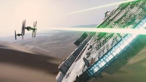 Dois TIE fighters se aproximando disparam contra a Millennium Falcon