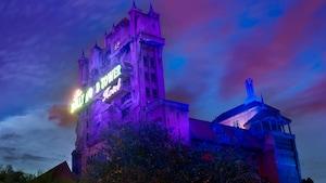 A impressionante The Twilight Zone Tower of Terror iluminada contra o céu noturno no Disney's Hollywood Studios