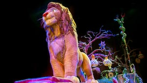 Simba se destaca durante el Festival of the Lion King en el Parque Temático Disney's Animal Kingdom