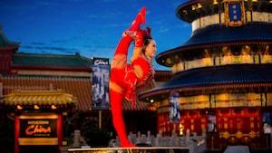 Uma artista do Jeweled Dragon Acrobats posa durante uma exibição no Pavilhão da China no Epcot