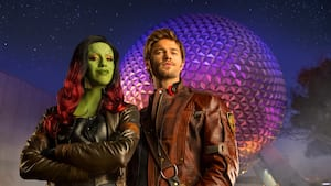 Star-Lord e Gamora em frente à Spaceship Earth