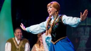 Anna sorri durante a apresentação de For the First Time in Forever: A Frozen Sing-Along Celebration