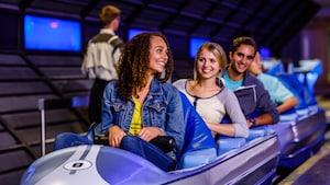 Jovens Visitantes abaixam suas travas de segurança antes de seu lançamento na Space Mountain, na Tomorrowland