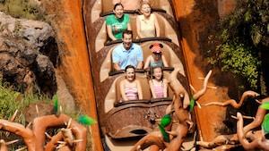 Grupo de Visitantes animados se seguram firme durante uma emocionante queda de cinco andares no Magic Kingdom Park