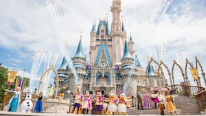 Mickey, Minnie, Donald, Daisy, Goofy y otros Personajes posan durante Mickey's Royal Friendship Faire