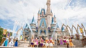 Mickey, Minnie, Donald, Daisy, Goofy y otros Personajes posan durante Mickey's Royal Friendship Faire